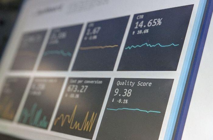 La foto visualizza alcuni dati analytics su un monitor