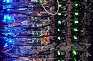 La foto mostra i collegamenti di apparti di rete