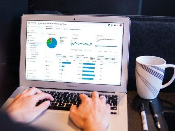 schermo di un mac che visualizza data analytics