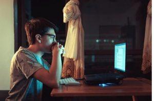 ragazzo davanti al computer