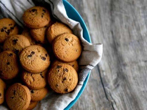 Vassoio con biscotti al cioccolato